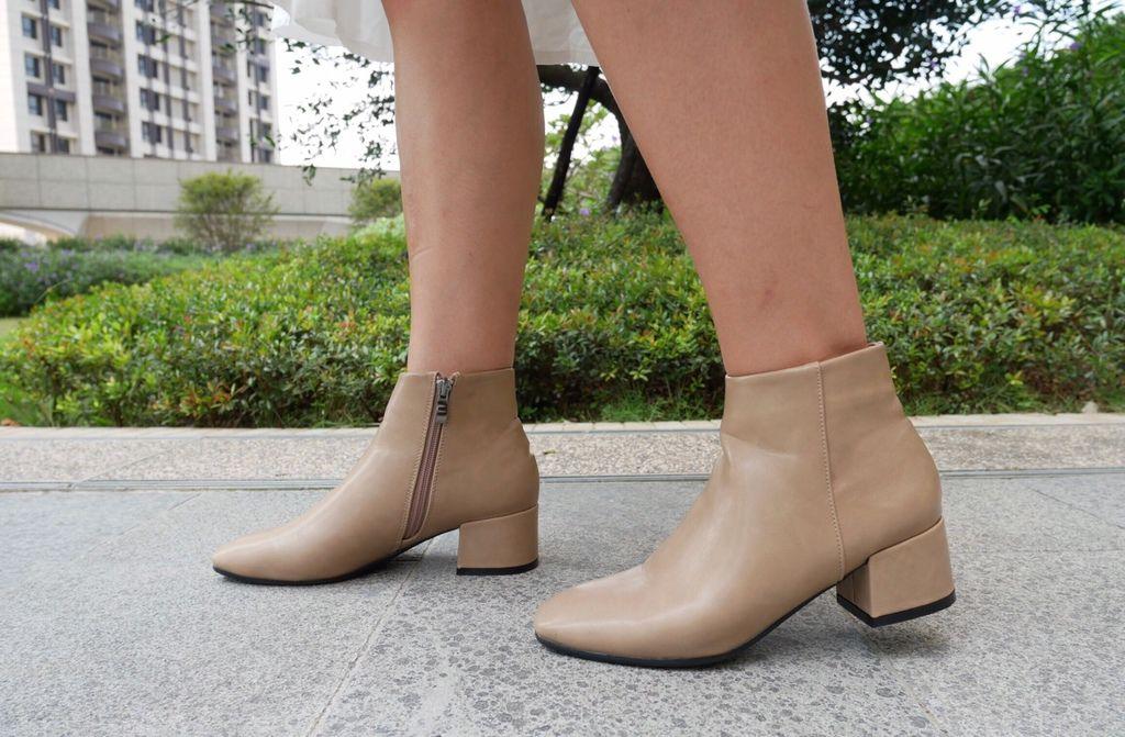 俐落焦點極簡素面方頭低跟短靴