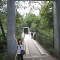 好開心,站在橋前,人都變瘦小了 XD
