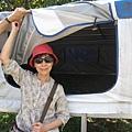 偷偷在人家的露營帳棚外照相 XD