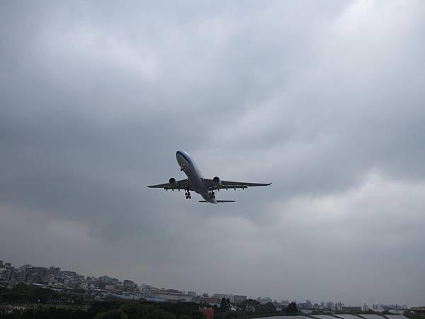 時常有飛機從頭頂呼嘯而過