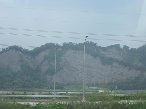 車外的山坡整片光禿禿的!看起來就是下雨會有土石流的樣子 >_<