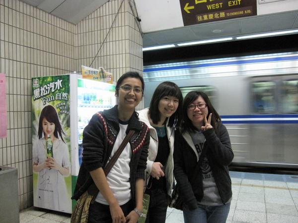 黑黑、君君、烏龜於台北車站候車