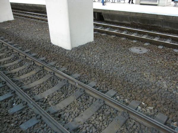 為什麼鐵軌旁一定要鋪碎石?又為什麼鐵軌上有碎石也不會影響行車呢?