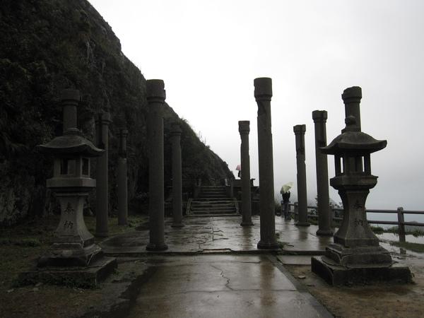 """又走了一大堆階梯,好不容易到了神社,結果...只剩柱子 ^^"""""""