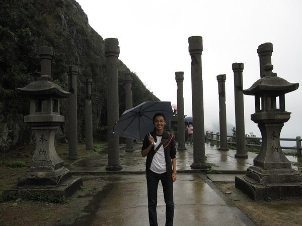 黑黑與黃金神社...的柱子
