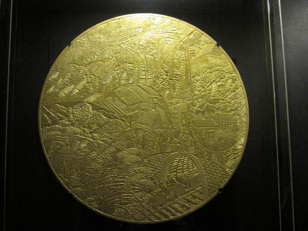 又是金光閃閃、瑞氣千條的黃金,仔細看裡面其實是在描畫金九的景呢