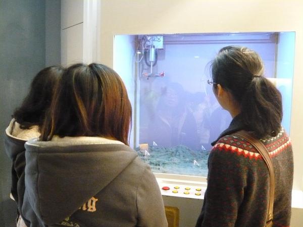 環境館內探索礦坑的遊戲