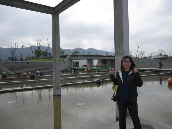 館外的藝術--永恆浮動之球體,不是指前面的人!XD