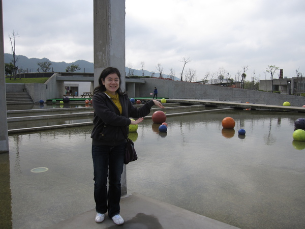 館外的藝術--永恆浮動之球體,這樣才有浮動的感覺嘛!