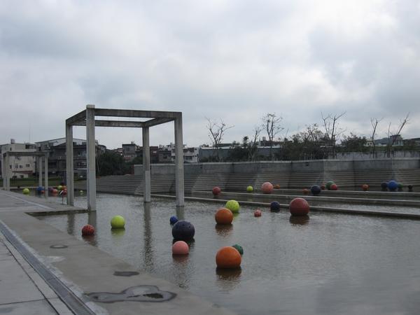 館外的藝術--永恆浮動之球體
