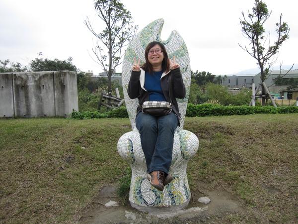 館外的藝術--草坡座椅,據說烏龜是想當國王的