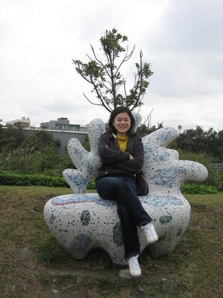館外的藝術--草坡座椅,這樣才比較有架勢!