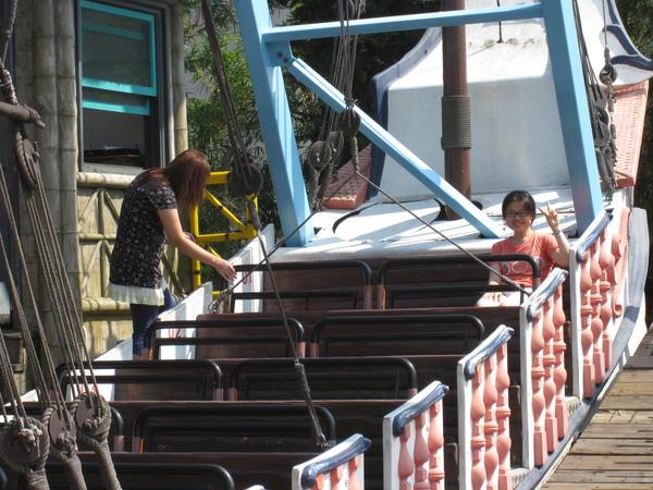 孟孟真的很愛海盜船,接著又去玩第二次...(這次我負責拍照 XD)