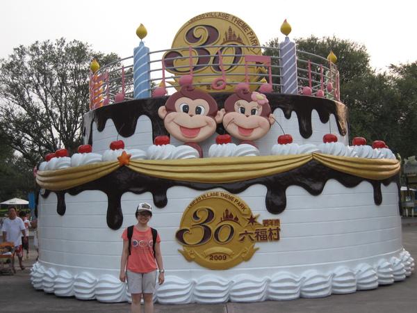 六福村三十週年慶,門口有好大的慶祝蛋糕~~