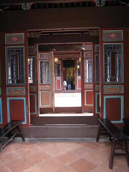 定靜堂穿堂,依據階級不同有不同的開門方法