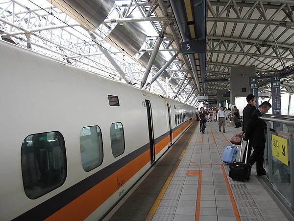 台中烏日站的高鐵月台,算蠻大的呢~