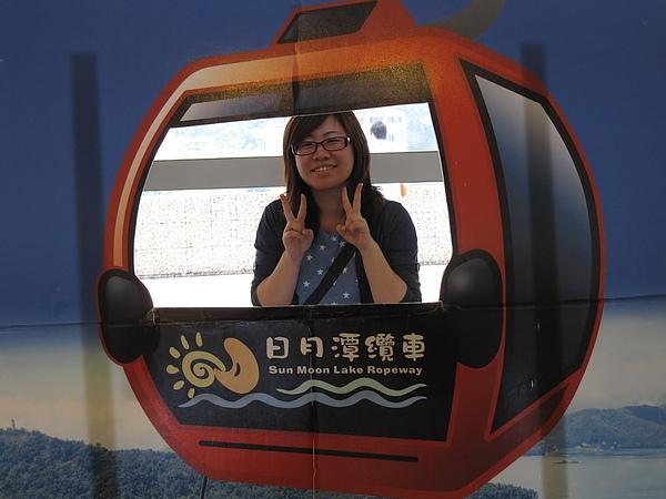 遊客中心內有日月潭纜車的立板供人拍照