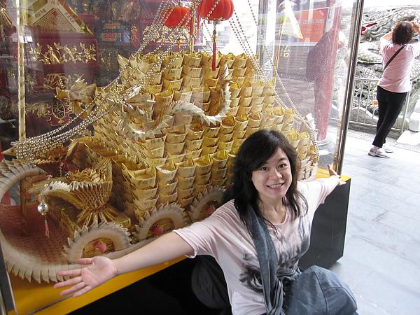 文武廟內有人捐獻金碧輝煌的紙龍船