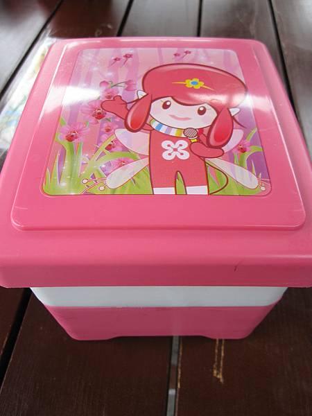 盒蓋的蘭兒寶寶。據說每隔一陣子就會換一種,我想要紫色的小鬱呀~~~