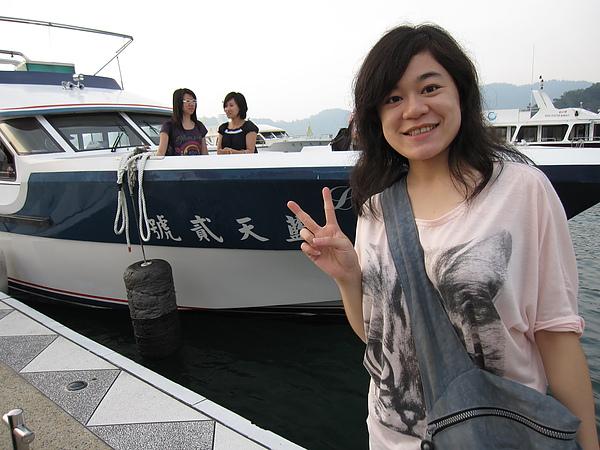 差點擠不上船,幸好可以站在船板上 XD
