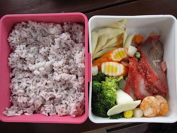 飯也是健康的紫米飯,整個便當清淡又不油膩,跟我們家的口味超搭的!