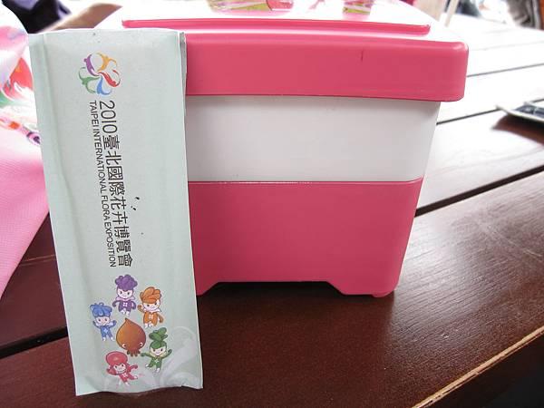 裡面是一個雙層的便當盒,還有附雙筷子(真環保)
