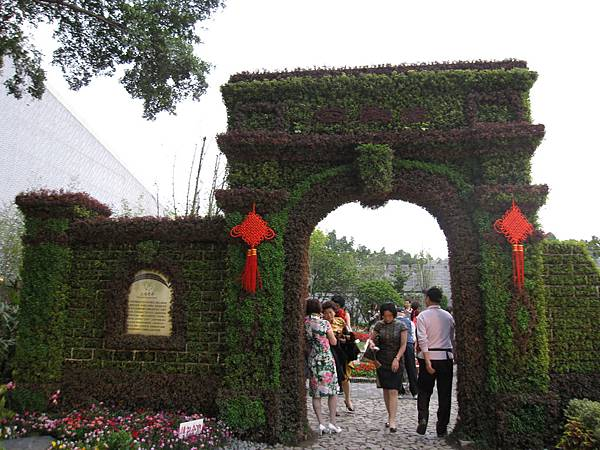 什麼「海韻--上海展園」,裡面其實挺虛的,比較酷的是有一團穿旗袍、踩高跟鞋的大陸團來看!