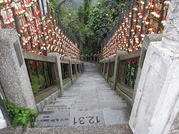 文武廟前有名的年梯,每一階都是一天生日,兩旁可依照年齡掛祈福鈴