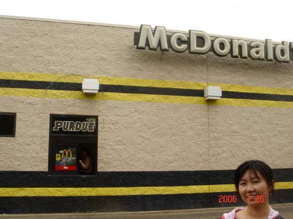 麥當勞也漆成purdue的顏色....(應該是金色跟黑色..