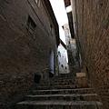 踏著磚造的古老階梯,好像進入了時空隧道.jpg