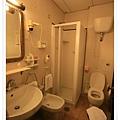 非常小的廁所,連要洗頭都會卡住.jpg