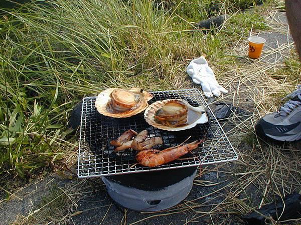 烤大大的扇貝和蝦子
