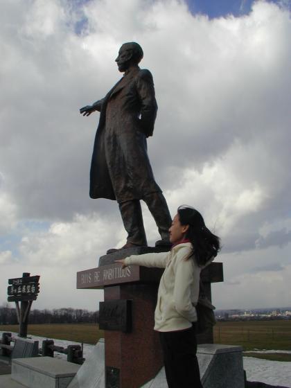 我與克拉克博士雕像合照