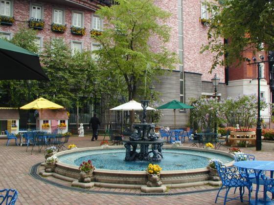 廣場旁的噴水池