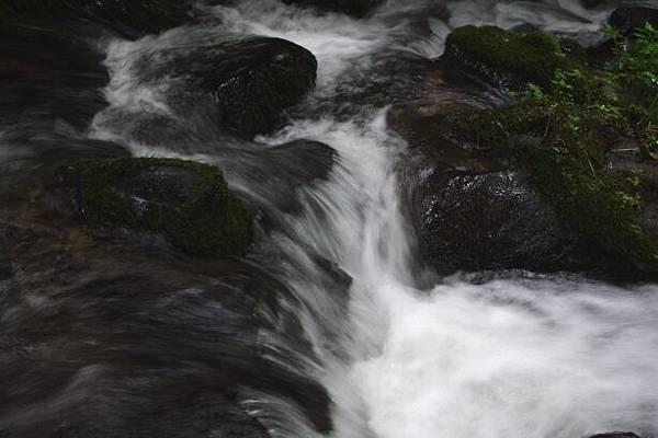 腳邊澈冽溪水