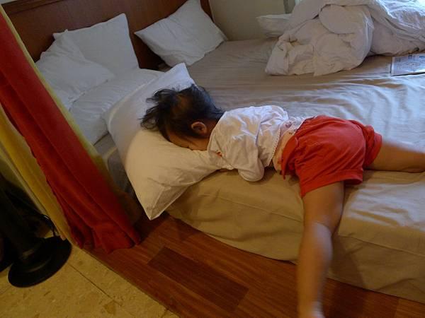 妹妹好可憐撞到臉晚上還起床大哭~