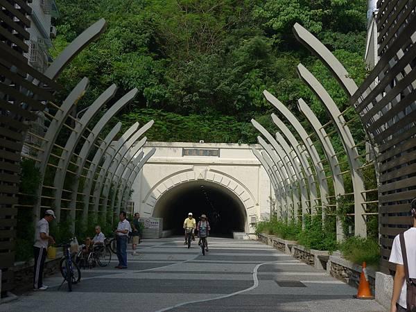 走過這個隧道~我們走好大一圈呀!!