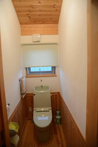 廁所很獨立..好想要那個免治馬桶呀~