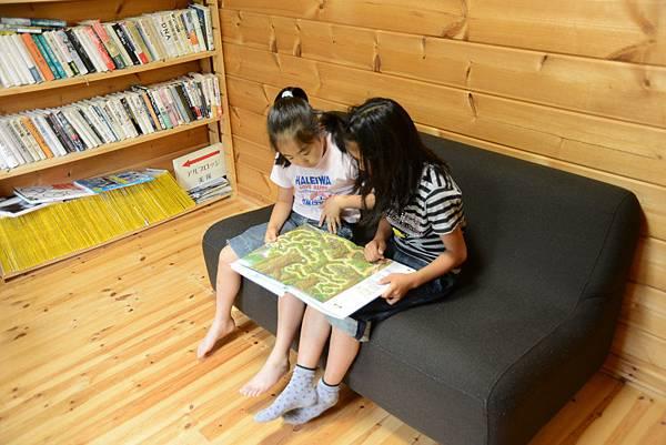 客人小孩跟二女兒一起很乖的看書