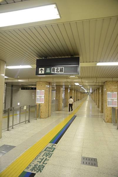 我們是這樣走到地下鐵南北線的札幌站搭車~還滿長一段路~要走5分鐘