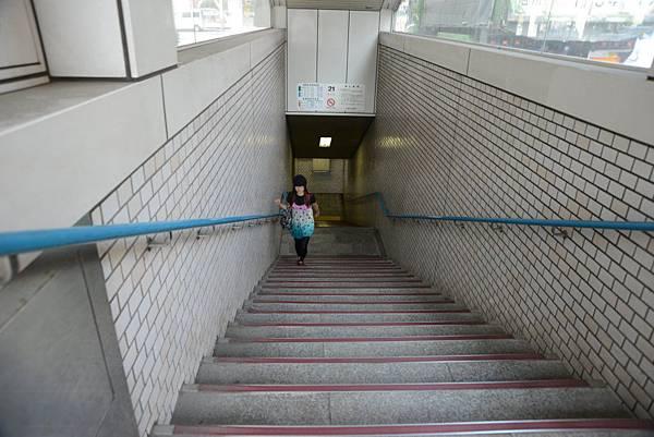 東橫南口離地下鐵東豐線札幌站21號出口最近..可是沒有電梯ㄛ~電梯要在24號出口才有~