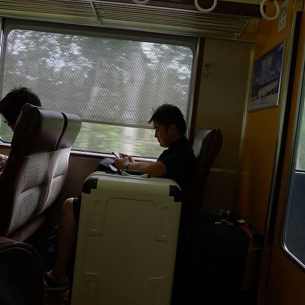 只有個人座可以這樣放行李~