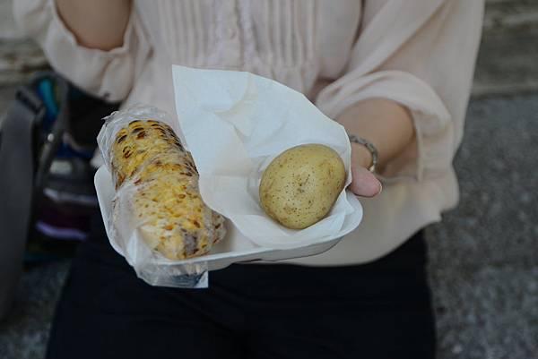 烤玉米加馬鈴薯~我比較喜歡馬鈴薯耶~