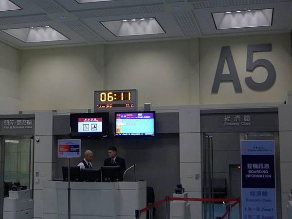 我們五點半報到,飛機準備七點飛~日本時間十點就開始降落