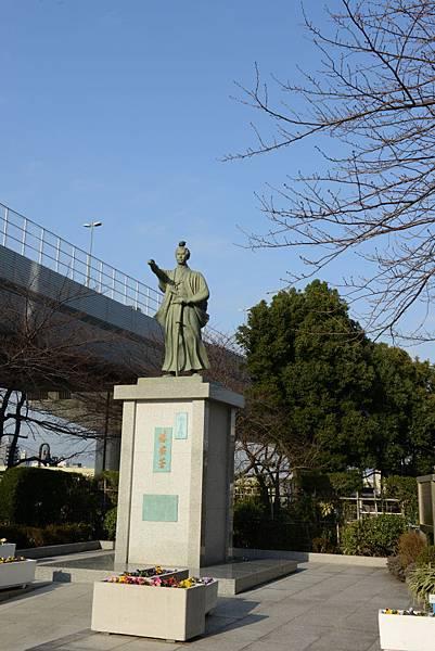 鳥實在太愛站在雕像的頭了~