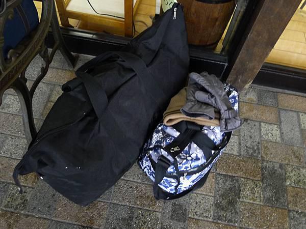 我跟老大的包包~又一起出發了~