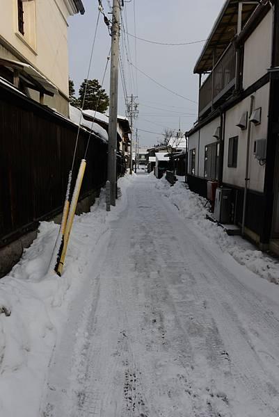 路邊小巷子的雪看起來好滑呀~