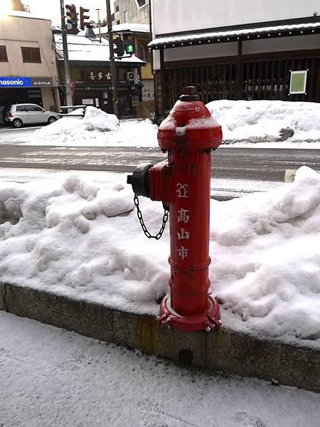 紅色真的在雪地中超顯眼的~
