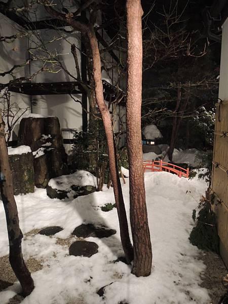 外面有一個小院子~積雪了~