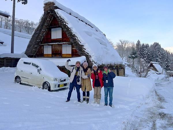 又叫我們上來這邊拍照..這邊雪積比較高勒..阿公好可愛~